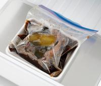 たれを加え、煮立ったら弱火にしてふたをし、8分加熱する。上下を返してさらに8分加熱する。竹串を刺してみて透明な肉汁が出たら、新しい保存袋に煮汁ごと入れる。袋の口を少し開けて(閉めると袋が破裂することがあるので注意)バットにのせ、「クーリングアシスト 急冷」で15分に設定する。5分たったら、空気を抜いてしっかり口を閉じ、肉の上下を返し、そのまま10分おく。    ☆このレシピは、2020年3月29日までの掲載となります。