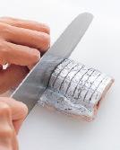 たち魚は水けを拭き、両面に5mm間隔で中骨に当たるまで、切り込みを入れる。両面に塩小さじ1/3をふり、手で押さえてなじませ、10分ほどおいて再び水けを拭く。