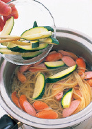 鍋に湯2リットルを沸かし、塩大さじ1強とスパゲティを入れ、袋の表示どおりにゆではじめる。ゆで上がる1分前にズッキーニとソーセージを加えてともにゆでる。
