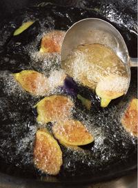 フライパンにサラダ油を高さ2cmほど入れ、高温(※)に熱する。なすの1/2量を入れ、全体がこんがりするまで上下を返しながら1分30秒ほど揚げる。取り出し、残りも同様に揚げる(温度が下がらないよう、2回に分ける)。  ※200℃。乾いた菜箸の先を底に当てたとたん、細かい泡がシュッシュッと一気に出る程度。  ☆ポイント 表面を高温の油で揚げ固めれば、中の果肉が蒸されてとろとろに。