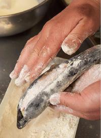 ボールに天ぷら粉、氷水各1カップを入れて溶く(ころも)。バットに天ぷら粉適宜を広げ、【1】のなすに薄くまぶす。揚げ油を高めの中温(※)に熱し、なすの1/2量をころもにくぐらせて皮目から油に入れる。上下を返しながら5分ほど揚げて油をきり、残りも同様に揚げる。好みの添えものとともに器に盛り、特製レモン酢じょうゆ、練り辛子適宜を添える。  ※180℃。乾いた菜箸の先を鍋底に当てると、細かい泡がシュワシュワッとまっすぐ出る程度。  ☆ポイント 粉をはたいてから天ぷらごろもをつければ、つるつるの皮にもころもがむらなくつきます!