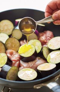 フライパンに鶏肉、なすを入れ、オリーブオイル大さじ1と1/2を加えてからめる。