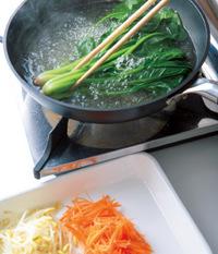 フライパンに湯を沸かす。にんじんをさっとゆでて水けをきり、バットに入れる。続けて大豆もやしをさっとゆで、同様にバットに入れる。最後にほうれん草を色鮮やかになるまでゆでて水にとり、水けを絞って長さ5cmに切る。  ☆ポイント 同じ湯で野菜を順にゆで、湯を沸かす時間と手間をカット。ほうれん草はアクが出るので最後に。