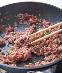 フライパンにサラダ油大さじ1/2を中火で熱し、牛肉を入れて肉の色が変わるまで炒める。
