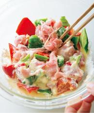 計量カップに溶き卵を入れ、冷水を加えて2/3カップにする。ボールに移し、小麦粉を加えてさっくりと混ぜる。ピーマン、豚肉を加え、菜箸でさっと混ぜる。