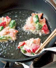たねを1/6量ずつ、2回に分けて揚げる。フライパンにサラダ油大さじ5を中温(※)で熱する。たねの1/6量をスプーンですくい、菜箸ですべらせるように入れて、なるべく平らにする。残り2個も同様に入れ、ときどき返しながら4~5分揚げる。残りのたねも同様に揚げて器に盛り、カレー塩の材料を混ぜて添える。  ※170~180℃/乾いた菜箸の先を底に当てると、細かい泡がシュワシュワッとまっすぐ出る状態。