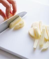じゃがいもは皮をむき、1cm角の棒状に切る。にんじんは皮をむき、細切りにする。ささ身は筋を取って長さを半分に切り、1cm角くらいの棒状に切って、下味の材料をもみ込む。塩とろみだれの材料を混ぜ合わせる。