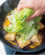めかじきが白っぽくなったら、レタスも加え、ざっくりと混ぜながら2分ほど煮る。仕上げにしょうが汁を加え、火を止める。