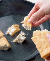 フライパンにだし汁を入れて中火にかけ、厚揚げを一口大にちぎりながら入れる。もやし、甘辛だれの材料を加え、ときどき混ぜながら2~3分煮る。