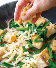 にらを加えてさっと混ぜ合わせ、チーズをのせる。ふたをし、チーズが溶けるまで1分ほど蒸し煮にする。