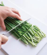 にらは長さ3~4cmに切る。豚肉は塩少々、酒大さじ1をもみ込む。