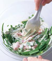 豚肉を加えてほぐし、にらを加えて、耐熱のゴムべらで全体がなじむまで混ぜ合わせる。