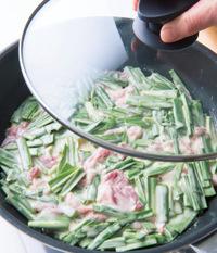 フライパンにごま油大さじ1を中火で熱し、生地を流し入れて、耐熱のゴムべらで平らに広げる。ふたをして弱めの中火にし、4~5分蒸し焼きにする。