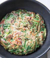 全体がこんがりとしたら取り出し、食べやすい大きさに切る。器に盛り、酢じょうゆだれの材料を混ぜ合わせて、チヂミに添える。