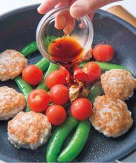 ふたを取って中火にし、プチトマトを加える。マスタードしょうゆだれの材料を順に加えて手早く煮からめ、汁けがなくなったら火を止める。