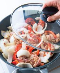 フライパンを中火で温め、【2】を入れて弱めの中火にし、ほぐして広げる。ふたをして、ときどき混ぜながら、肉の色が変わるまで3~4分蒸し炒めにする。ふたを取って強めの中火にし、汁けをとばすようにさっと炒め合わせる。