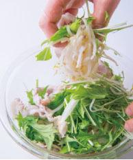 豚肉ともやし、水菜をさっと混ぜ、器に盛る。トマトドレッシングをかける。