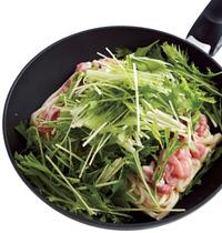 フライパンに、うどん、肉を順にのせ、煮汁を加える。野菜をのせ、ふたをする。