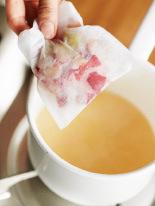 白桃は皮と種を取り除き(皮はとっておく)、飾り用に100gを取り分けて、小さめの一口大に切る。残りは粗めのざるで裏ごしし、砂糖とレモン汁を加えて混ぜる。小鍋(ホーローまたはステンレス)に入れ、皮をお茶用パックに入れて加え、強火にかける。煮立ったら中火にして、混ぜながら1分煮る。少しとろみがついたら火を止める。ソースが完全にさめたらお茶用パックを取り出し、飾り用の白桃を加える。