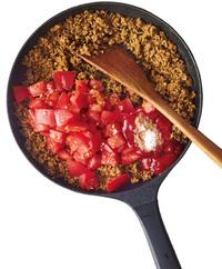 .トマトと、煮汁用の材料を加え、トマトをつぶしながら3分ほど炒める。トマトが完全につぶれ、全体にかるくとろみがついたら完成。器にご飯を盛ってカレーをかけ、あればパセリのみじん切りをふる。  ☆ポイント ベースはトマト&ケチャップ。水は一滴も使いません。