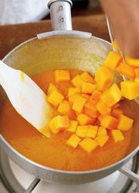 ソース用に取り分けたピューレを小鍋に入れ、グラニュー糖20g、水40mlを加えて中火にかける。耐熱のゴムべらで混ぜながら、かるく煮立てて火を止める。具用のマンゴーの果肉、オレンジジュースを加えてさっと混ぜる。粗熱を取り、冷蔵庫で冷やす。