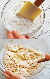 [材料を混ぜる]耐熱の器に牛乳を入れ、ラップをかけずに電子レンジで30秒加熱し、人肌程度に温める。ドライイーストを加え、さっと混ぜる(溶けきらなくてOK・写真上)。ボールに強力粉、砂糖、塩を入れ、牛乳とドライイーストを加えてゴムべらで混ぜる(写真下)。粉っぽさがなくなったら、手でひとまとめにして、作業台に取り出す。  ※牛乳は、イーストの働きを助けるためにぬるめに温めます。ただし、45℃以上になると、反対にイーストの働きが低下するので、温めすぎは禁物! 人肌程度以上になっていたら、イーストを加える前にさまして。
