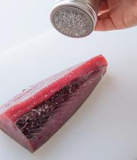 かつおの表面全体に塩少々をふる。ボールに氷水を用意しておく。