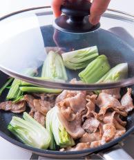 肉の色が変わってきたら青梗菜の茎を加え、酒大さじ1をふり、ふたをして弱火で1~2分蒸し焼きにする。