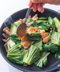 青梗菜の葉を加え、中火にして炒め合わせる。葉がしんなりしてきたら、みそだれを加えてさっと炒め合わせ、器に盛る。
