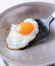 フライパンにごま油大さじ1/2を中火で熱し、卵を割り入れ、好みの堅さの目玉焼きを作って取り出す。白菜キムチ、にらは幅1cmに切る。