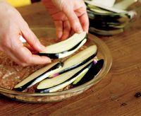 直径約25cmの耐熱皿に【1】の肉だねを平らに広げ、【1】のなすを少しずつずらして全体に重ねる。ふんわりとラップをかけ、電子レンジ(600W)で8分ほど加熱する。
