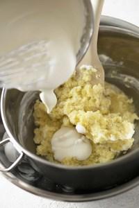 さらに別のボールに生クリームを入れる。ボールの底を氷水に当て、泡立て器で七分立て(すくうと角が立ち、少しおじぎをする程度)に泡立て、130gをポテトペースト用に取り分ける。【4】のいものボールの底を氷水に当てながら、ポテトペースト用のクリームを3回に分けて加え、そのつどなじむまで混ぜる。