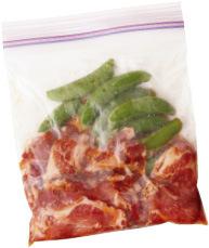 豚肉と漬けだれの材料を保存袋に入れ、味をなじませるように袋の上からもむ。スナップえんどうを加え、袋の上からかるくもみ、空気を抜きながら口を閉じる。