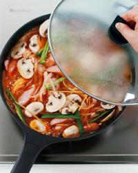 ソーセージ、マッシュルーム、ピーマン、玉ねぎを加え、さっと混ぜる。煮立ったらふたをして弱めの中火にし、3分ほど煮る。