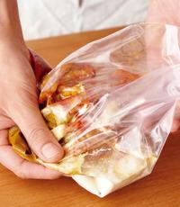 袋に鶏肉を加え、空気を抜いて口を閉じ、手で袋の上からかるくもみ、たれを全体にいきわたらせる。味がなじむ2時間後からが食べごろ。