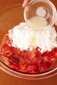 いちごはよく洗い、へたを取って4つ割りにする。口径20cmの耐熱のボールに入れ、フォークで粗くつぶす。砂糖、レモン汁を加えて混ぜ、ふんわりとラップをかける。電子レンジで5分ほど加熱し、取り出してよく混ぜる(やけどに注意)。ラップをかけずに再び電子レンジに入れ、かるくとろみがつくまで12分ほど加熱し、取り出して混ぜる。熱いうちに【3】の容器に、ミルクジャムより多くならないように、様子をみながら適宜加える。冷蔵庫で10日間くらい保存可能。  ※いちごピューレが余ったらヨーグルトやアイスに混ぜたり、パンやホットケーキに塗るのもおすすめ。