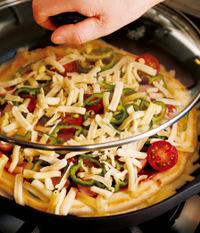 ふたをして、チーズが溶けるまで弱めの中火で7分ほど蒸し焼きにする。ふたを取り、チーズの羽根がこんがりとするまで4~5分焼く。