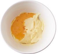 【2】のボールに溶き卵を2~3回に分けて加え、そのつど混ぜて全体をなじませる。生クリーム、ホットケーキミックスを順に加え、そのつど混ぜ合わせる。粉っぽさがなくなったらレモン汁を加えて混ぜる。オーブントースター(1000W)を予熱しはじめる。