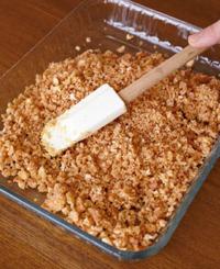 ボールにビスケット、溶かしバターを入れ、全体がなじむまでゴムべらで混ぜる。器に入れて全体に敷きつめ、ラップをかけて冷蔵庫で20分ほど冷やす。