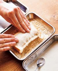 【3】の片面に、水溶き小麦粉(つけにくいところはスプーンを使うとよい)、パン粉、油を順につける。パン粉の面を上にして天板に並べ、こんがりするまでトースターで12分ほど焼く。パン粉と油をしっかりつければ、揚げたようなカリカリ食感が実現!