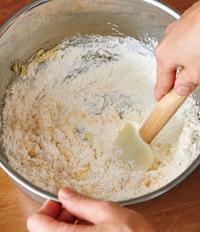 ボールにバター、砂糖を加え、泡立て器で白っぽくなるまで練り混ぜる。溶き卵、牛乳を順に加えてそのつどよく混ぜる。ホットケーキミックスを加え、ゴムべらでしっとりとするまで混ぜ、1/4量ずつ丸める。生地が柔らかくてべたつく場合は、冷蔵庫で15分ほど冷やす。【1】のラップに生地を1個ずつのせ、直径10cm、厚さ8mmくらいの円形にのばす。