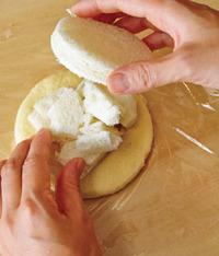 食パンは口径7~8cmの器などで円形に4枚くりぬき、残った周囲は小さめの一口大にちぎる。【2】の生地にちぎったパンを1/4量ずつのせ、円形のパンを1枚ずつ重ねる。