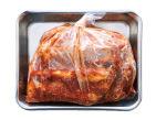 マリネ液の材料を混ぜる。厚手(または二重)のポリ袋に豚肉を入れ、マリネ液を加えて袋の上からよくもむ。空気を抜いて口を閉じ、冷蔵庫に入れて2時間(できれば8時間)以上おく。