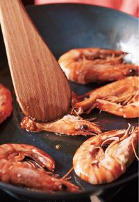 フライパンにオリーブオイル大さじ1を中火で熱する。えびを入れ、頭を木べらでつぶすように押しながら、両面を1~2分ずつ焼きつけて取り出す。