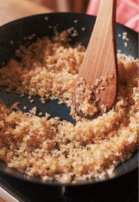 同じフライパンにオリーブオイル大さじ1とにんにくを加えて中火にかける。香りが立ったら玉ねぎを加え、2分ほど炒める。ケチャップ小さじ1と米を洗わずに加えて、米に油をからめるようにさっと炒める。