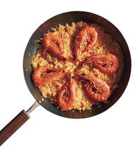 えびはいったん取り出して、ご飯を底から返すように混ぜてから平らにする。えびの頭が中心にくるように、ご飯の上に放射状に並べる。