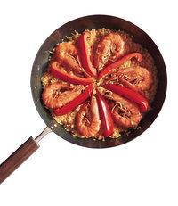 赤パプリカはえびの間に並べる。ふたをして弱火にし、10分ほど炊く。