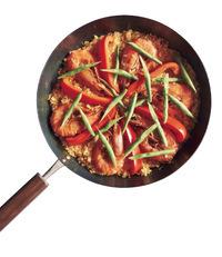 いんげんは全体に散らし、ふたをしてさらに5分ほど炊く。強火で30秒ほど熱し、火を止めて5分ほど蒸らす。粗びき黒こしょう少々をふり、レモンを添える。