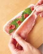 豚肉を2枚一組にして1枚を広げ、青じそ2切れ、梅干しの1/4量をのせてもう1枚の豚肉ではさむ。同様にあと3組作る。