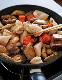 フライパンにサラダ油大さじ1/2を中火で熱し、鶏肉を皮目を下にして入れ、2分ほど焼きつけて裏返す。ごぼう、しいたけを加え、1~2分炒める。れんこん、にんじんを加えてさっと炒め、酒1/2カップを回し入れて煮立たせる。煮汁の材料、【1】のもどし汁を加えて再び煮立ったらアクを取り、弱めの中火にする。
